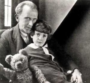 Алан Александр Милн с Кристофером Робином Милном и тем самым плюшевым медведем