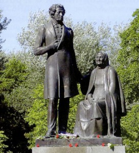 Памятник Пушкину и няне в Летнем саду Пскова