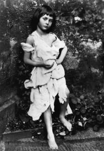 Алиса в образе нищенки, фотография Люиса Кэрролла, 1858 год