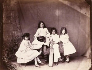 Алиса со своими сестрами и братом, фотография Льюиса Кэролла, весна 1860 года