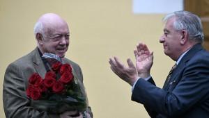 Президент Ассоциации художников театра, кино и телевидения Москвы и художник Борис Мессерер (слева)