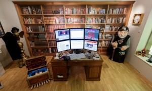 Реконструкция исследования Терри Пратчетта в музее Солсбери