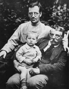 Борис Пильняк со своим отцом Генрихом Вогау и своим сыном Андреем, Коломна, лето 1923