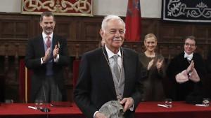 Вручение медали и диплома премии Сервантеса писателю королем Испании Фелипе VI