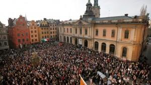 Протестующие в Стокгольмском «Сторторете» демонстрируют поддержку бывшего секретаря шведской академии Сары Даниус.
