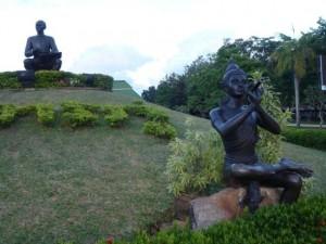 Памятник поэту в парке Сунтон Пу