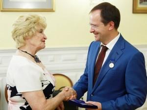Антонина Пикуль вручает премию Владимиру Мединскому