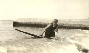 Агата Кристи, занимающаяся серфингом в 1924 году