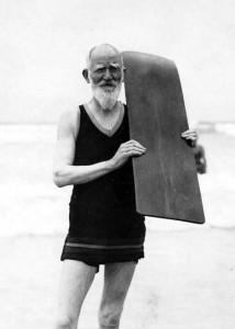 Джордж Бернард Шоу с доской для серфинга на пляже Muizenberg, 1931
