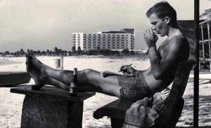 Молодой Хантер С. Томпсон, пишущий на пляже