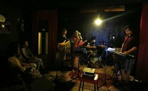 Поэты и музыканты, выступающие в Bakar Purgatory, экспериментальная поэзия и музыкальная витрина в Gaslight Cafe в июле 2018 года