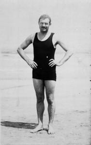 Эрнест Хемингуэй на пляже, Сан-Себастьян, Испания, ок. 1929