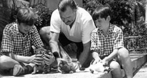 Эрнест Хемингуэй с сыновьями Патриком и Грегори
