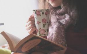 Девушка читает книгу10
