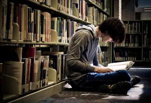 Подросток с книгой