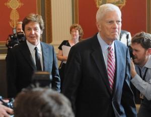 Джеймс Х. Биллингтон с Полом Маккартни, 2010 г