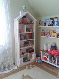 Книжный шкаф-домик в детскую
