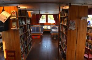 Интерьер шведской плавучей библиотеки