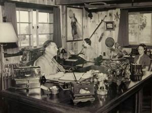 Эрл Стенли Гарднер в своем кабинете