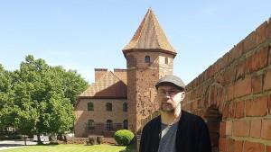 Алексей Иванов рядом с одним из замков Тевтонского ордена